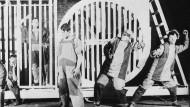"""Szene aus der Farce """"Tarelkins Tod"""" von Alexander Suchovo-Kobylin, aufgeführt im Meyerhold-Theater 1922"""
