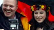 Die Show lässt ihn nicht los: Stefan Raab mit Lena Meyer-Landrut am Tag nach ihrem Sieg beim Eurovision Song Contest Ende Mai 2010 zurück in Hannover.