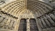 Weltkulturerbe inmitten von Paris, um das in einer Nacht im April 2019 zu bangen war: das Hauptportal der Kathedrale Notre-Dame an der Westfassade.