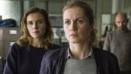 Erstaunlicher Gleichklang: Die Kommissarinnen Karin Gorniak (Karin Hanczewski, li.) und Leonie Winkler (Cornelia Gröschel) fischen nicht lange im Trüben.