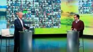 """Sieht aus wie """"hart aber fair"""", ist es aber nicht: der ARD-Vorsitzende Tom Buhrow und Moderator Birand Bingül beim """"Zukunftsdialog""""."""