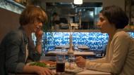 Bei der Überzeugungsarbeit: Branka (Neda Rahmanian, rechts) setzt sich zu Brigita (Sarah Bauerett) um zu reden.