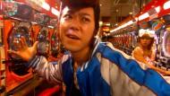 """Im Reich der Eisenkugeln: Hiroyuki Miyasako durchstreift in dem Film """"Kamikaze Girls"""" (jap. """"Shimotsuma Monogatari"""", 2004) als Kleinganove eine Pachinko-Halle."""