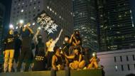 """Die Parole """"Liberate Hong Kong, Revolution of Our Times"""" hatte sich seit Juli 2019 durchgesetzt. Sie wurde von China inzwischen gesetzlich verboten."""