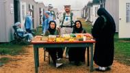 Bitte nicht aus der Rolle fallen: Diese Frauen treten als Obstverkäuferinnen auf und verkörpern ihre Figuren auch zwischen den militärischen Übungen.