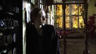 Verloren in verlassenen Orten: Emily Fisher (Emilia Bernsdorf) sucht in einer alten Fabrikhalle nach Spuren ihres toten Freundes Sebastian.