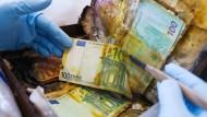 Die Abteilung für beschädigtes Bargeld im Nationalen Analysezentrum der Bundesbank in Mainz hat viel zu tun.