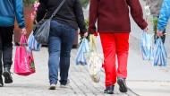 Verbraucher mit gefüllten Einkaufstüten