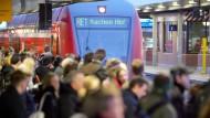 Niedrigere Steuer auf Bahntickets: Pendler auf dem Weg zur Arbeit