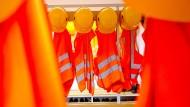Warnwesten und Schutzhelme: Auch Probearbeiter sind unfallversichert