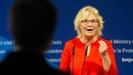 Bundesjustizministerin Christine Lambrecht (SPD) gibt am 1. Juli im Ministerium ein Statement zum Reformpaket zur Bekämpfung sexualisierter Gewalt gegen Kinder ab.