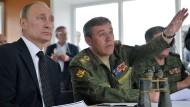 Der Präsident und sein General: Putin mit Gerassimow bei einem Militärmanöver am Baikalsee 2013