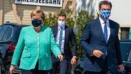 Bayerns Ministerpräsident Markus Söder (CSU) empfängt Bundeskanzlerin Angela Merkel (CDU) vor der gemeinsamen Schifffahrt nach Herrenchiemsee.