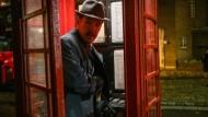 Als das Smartphone noch ein Gehäuse war, in das man sich stellen konnte: Benedict Cumberbatch am Apparat