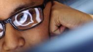 Die Netzkonzerne ziehen alle Aufmerksamkeit auf sich: Nutzerin mit gespiegeltem Whatsapp-Symbol.