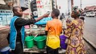 Fieber-Messung: Seit in Goma ein Mann an Ebola gestorben ist, herrscht auch in der Großstadt Angst vor dem Virus.
