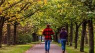 Es wird milder: Herbstspaziergänger in Berlin