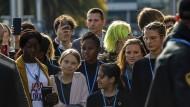 Greta Thunberg inmitten von Gleichgesinnten: Bei der 25. UN-Klimakonferenz in Madrid nahm die Klimaaktivistin am Abend des 6. Dezembers 2019 auch am Protestmarsch teil.