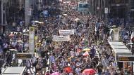 Dagegen: Tausende Menschen demonstrieren in Berlin für das, was sie Freiheit nennen.
