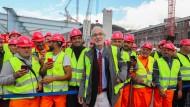 Eine neue Brücke für seine Heimatstadt: Architekt Renzo Piano mit Bauarbeitern in Genua