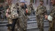 Armenische Freiwillige melden sich an einem Ort in der Stadt Hadrut, an dem sie Uniformen und Waffen in erhalten.