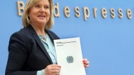 Eva Högl stellt ihren ersten Bericht als Wehrbeauftragte vor.