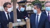 Emmanuel Macron am Donnerstag mit dem französischen Innenminister Gerald Darmanin (r.)