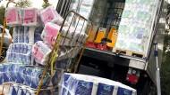 Die Hamsterkäufe sind zurück: Eine ganze LKW-Ladung Toilettenpapier wird ins Lager eines Supermarktes in Mülheim transportiert.