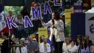 Kamala Harris ist derzeit im Land auf Wahlkampftour unterwegs, hier am 12. August in Iowa.