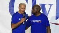 Joe Biden mit dem ranghöchsten Afroamerikaner in der Geschichte des amerikanischen Kongresses, Jim Clyburn, am Freitag in South Carolina