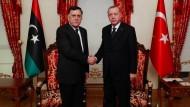 Der türkische Präsident Erdogan im Februar mit dem Chef der international anerkannten libyschen Regierung Fajez Saradsch in Istanbul