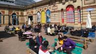 In England öffnen Pubs wieder: Freibier im Schneetreiben