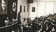 Reichszahnärzteführer Stuck 1938 vor deutschen Zahnärzten im Reichstagssitzungssaal in der Krolloper in Berlin