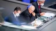 Wolfgang Schäuble, Bundestagspräsident (mitte), eröffnet Mitte September neben den Schriftführern die 177. Sitzung des Bundestags.