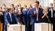 Armin Laschet (links, CDU), Ministerpräsident von Nordrhein-Westfalen, steht am 5. Oktober in Düsseldorf neben Hendrik Wüst (CDU), Verkehrsminister von Nordrhein-Westfalen.