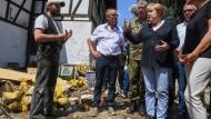Angela Merkel am Sonntag im Gespräch mit Betroffenen der Flutkatastrophe in Schuld