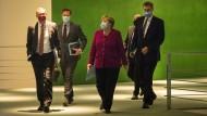 Vor zwei Wochen: Bundeskanzlerin Angela Merkel (3.v.r.), Markus Söder (CSU, rechts), Ministerpräsident von Bayern, und Michael Müller (SPD, links), Regierender Bürgermeister von Berlin, nachdem letzten Treffen mit den Ministerpräsidenten