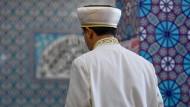 Ein Imam betet in einer Moschee (Symbolbild).