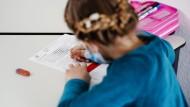 Ein Drittel der Kinder braucht nach der Pandemie wohl Förderung: Ein Mädchen im April in einer privaten Nachhilfestunde in Schwetzingen