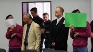 Im Gerichtssaal: Die beiden angeklagten Afghanen verstecken sich vor den Fotografen.