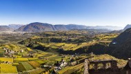 Viel Platz für ausgedehnte Wanderungen zwecks Verköstigung des neuen Weins: Blick von Burg Hocheppan über die Weinberge.