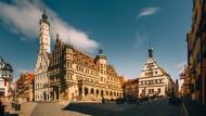 Schön und leer: Rothenburgs Marktplatz mit dem Renaissance-Rathaus links und der Ratstrinkstube rechts.