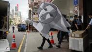 """Kein Erbarmen: Die """"Göttin der Demokratie"""" wird am 9. September von einem Polizisten abtransportiert."""