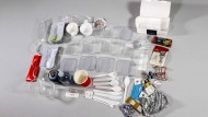 Der gesammelte Plastikmüll eines jeweils zehnstündigen Hin- und Rückfluges.