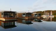 Friedlich vereint: Die schwimmenden Häuser teilen sich den Hafen von Ramsberg brüderlich mit den Segelbooten.
