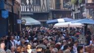 Orgie der Proteine: Menschenmassen überfluten während des Festes die Altstadtstraßen von Limoges.