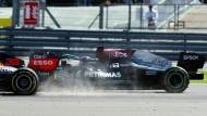 Der entscheidende Moment: Lewis Hamilton und Max Verstappen berühren sich.