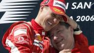 Ziemlich gute Freunde: Rennleiter Todt schmiegt sich nach dem Sieg Schumachers 2006 in Imola an die Brust des Rheinländers.