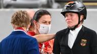 Der Fehler liegt im System des Modernen Fünfkampfes. Kim Raisner (Mitte) und Annika Schleu nach dem Reiten in Tokio.