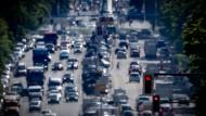 Autos auf dem Kaiserdamm in Berlin: Auf den Verkehr kommt es auch an, um die Klimaschutzziele zu erreichen.
